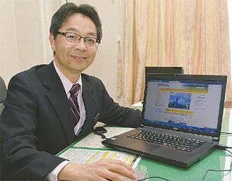 小学校のホームページを見せる石川校長