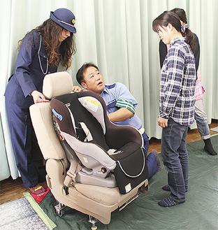 福井さん(中央)から説明を受ける母親