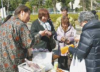 接客する加藤さん(左)と買物客