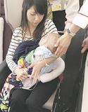 母親に抱かれて帰国する陽茉莉ちゃん(ひまりちゃんを救う会提供)