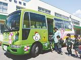 新しいデザインになったバスに乗り込む園児