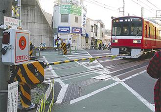 京急弘明寺駅前の踏切には非常ボタンが両側に2カ所ずつ、計4カ所設置されている