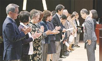 大木区長(右)から委嘱状を受け取る保健活動推進員