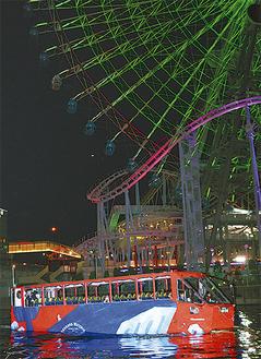 夜の横浜の街を進むスカイダック横浜