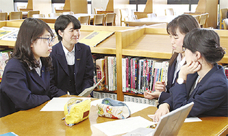 本の感想を語り合う生徒