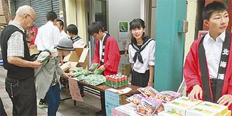 特産品を売る生徒