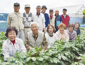 畑で農作業に励むサロンのメンバー