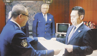 大森署長(左)から感謝状を受け取る長谷川支部長