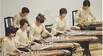 華やかな衣装で演奏するメンバー(過去の様子)