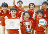 優勝カップと賞状を持つ選手(クラブ提供)