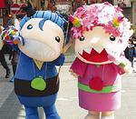 商店街キャラクターのオグジ(左)とサグジ
