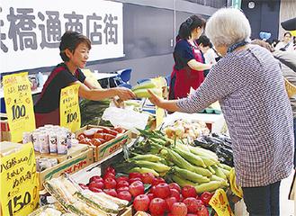 野菜を求める買物客