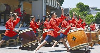記念行事で力強い演奏を披露する和太鼓部