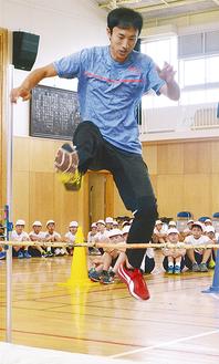 軽やかにバーを跳ぶ鈴木選手