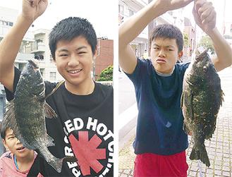 釣り上げたクロダイを手に喜ぶ稲垣君(左)と柴田君