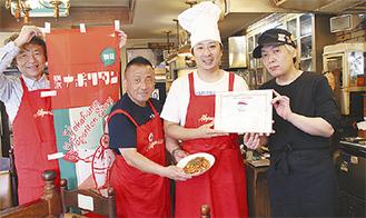 田中会長(右から2人目)と山崎さん(右)