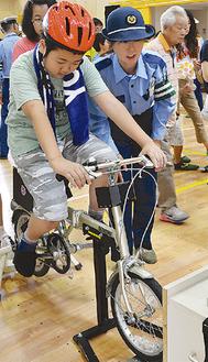 南区の大岡地区で行われた子ども向けの交通安全教室(昨年7月)