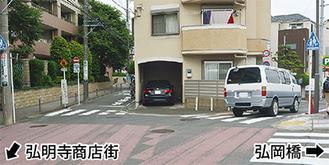 交通規制が敷かれた道路(左奥)
