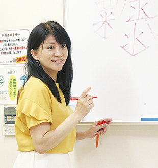のし袋の書き方を教える粟津さん