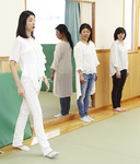 歩き方を指導する桐島さん(左)