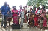 完成した井戸の前で笑顔の住民(同校提供)