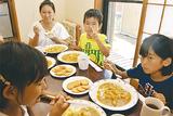 食卓を囲む子どもと大人