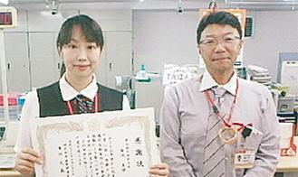 感謝状を受け取った菊池さん(左)と武藏島局長