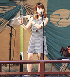 神楽殿でフルートを演奏する小川さん