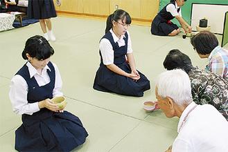 抹茶を振る舞う蒔田中の生徒