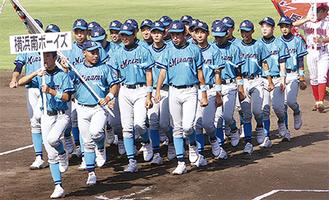 開会式で行進する選手(横浜南ボーイズ提供)