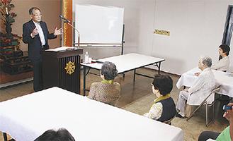 「菌」の話をする川松さん(左)