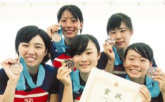(左奥から時計回りで)関さん、黒沼さん、荒井さん、田中さん、柴田さん(選手提供)