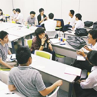 テーマの「主体的な学びとは」について話し合う教員や高校生ら