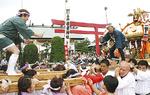 鳥居の前に集まる神輿
