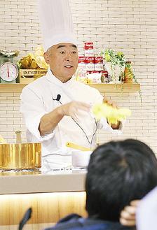 料理の説明をする清水さん