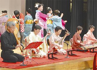 南公会堂で演奏するメンバー
