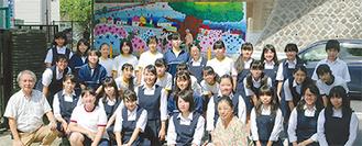 美術部の生徒と教諭(同校提供)