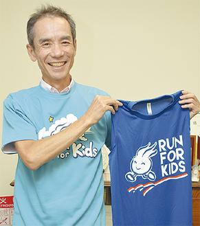 「ランまるTシャツ」を着てランナー専用シャツを持つ山崎さん