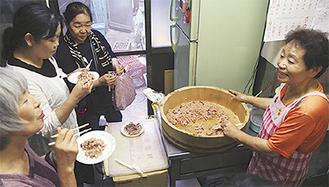 前川商店で赤飯の作り方を習う参加者