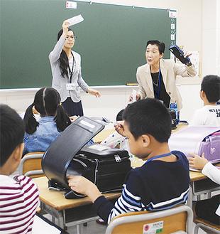 日本語で持ち物について説明する教師
