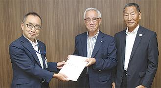 大木区長(左)に要望書を手渡す笠原支部長(中央)と斎藤副支部長