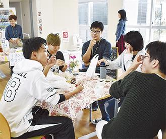 カフェで仲間と会話を楽しむ生徒