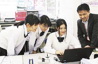 記事作成に取り組む(左から)紙川さん、竹尾さん、櫻井さん