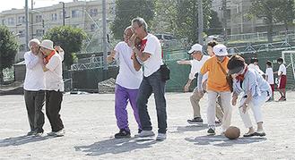 ボールを頬に挟んで走る六ツ川大池地区の住民