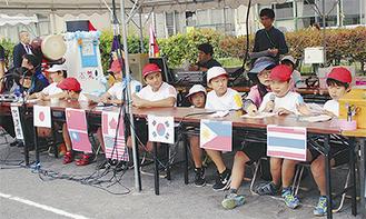 各国の言葉で放送する児童