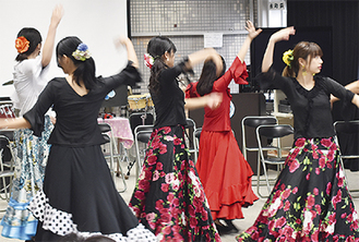 華麗な踊りを披露するフラメンコ部