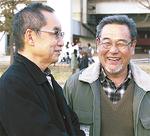昨年の開催時に大木節裕区長(左)と談笑する杉山さん