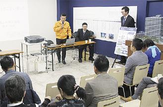 横澤さん(前列中央)らの話を聞く参加者