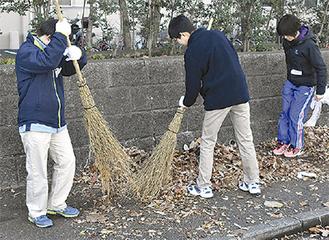 落ち葉を集める生徒