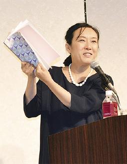 講演する大森美香さん